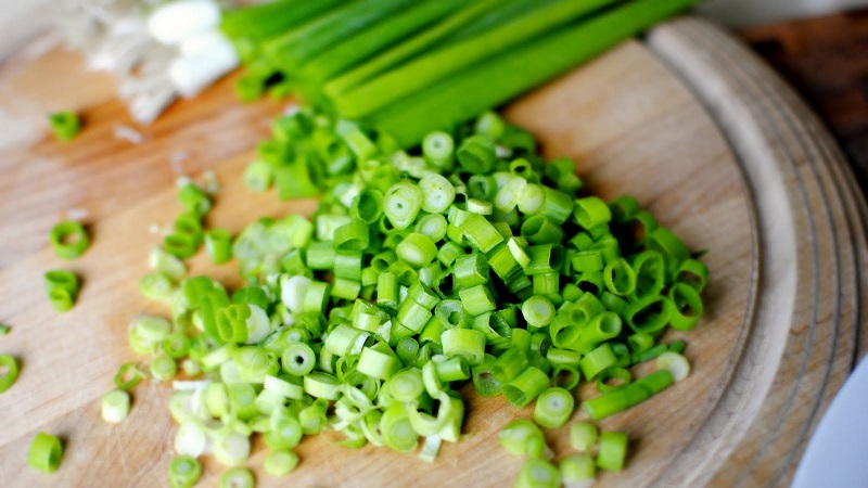 Лучшие рецепты, как посолить зеленый лук на зиму быстро и просто