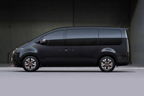 Hyundai Staria 2021 минивэн сбоку