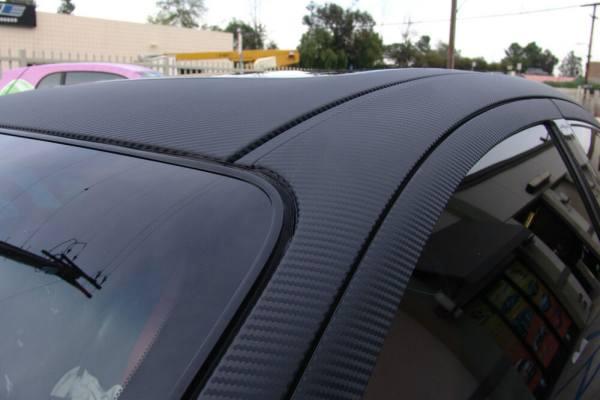 автомобиль покрытый 3D виниловой карбон пленкой