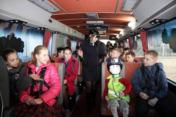 Перевозка пристегнутых детей в автобусе